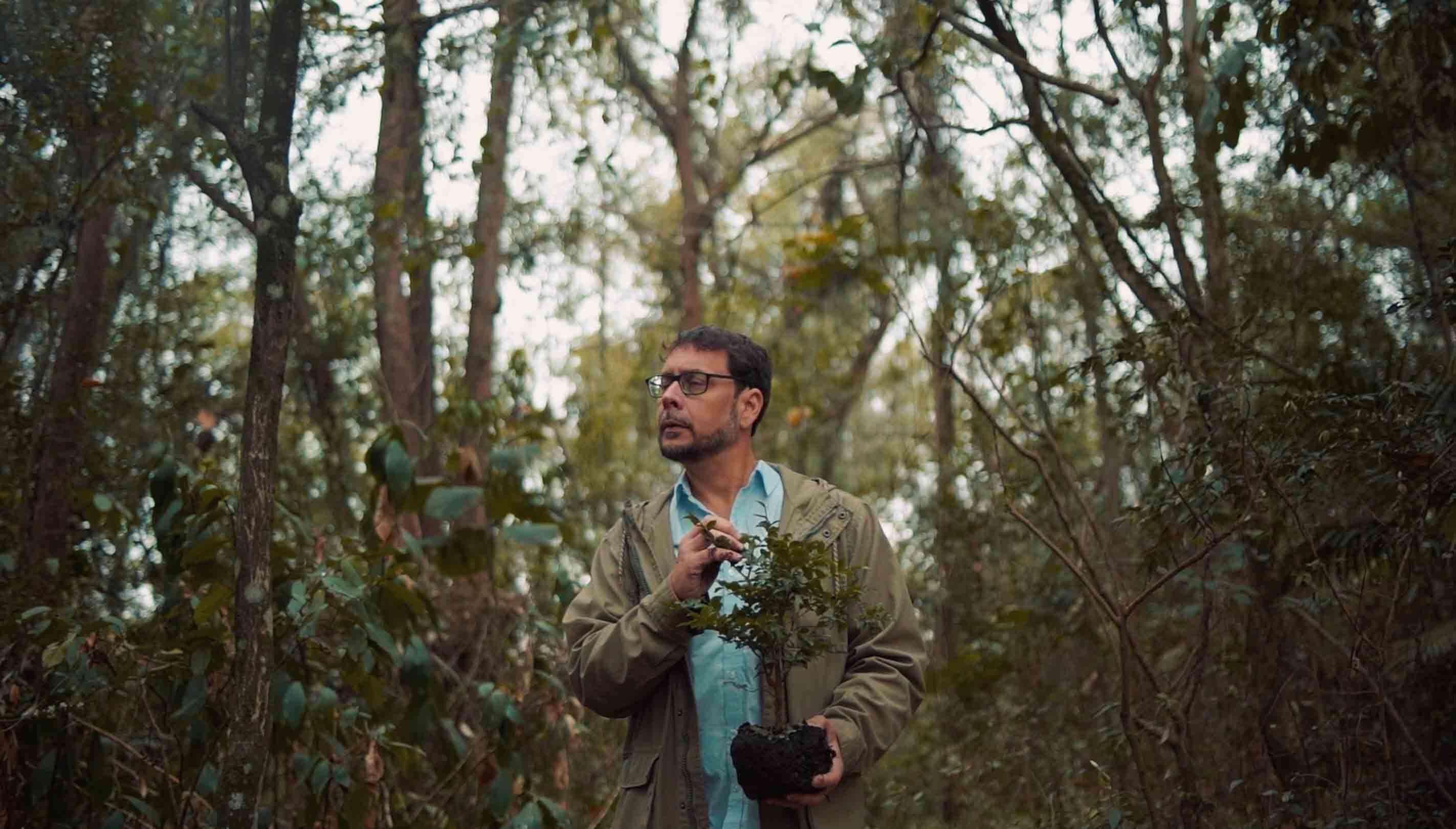 Rubens da TNC andando na floresta