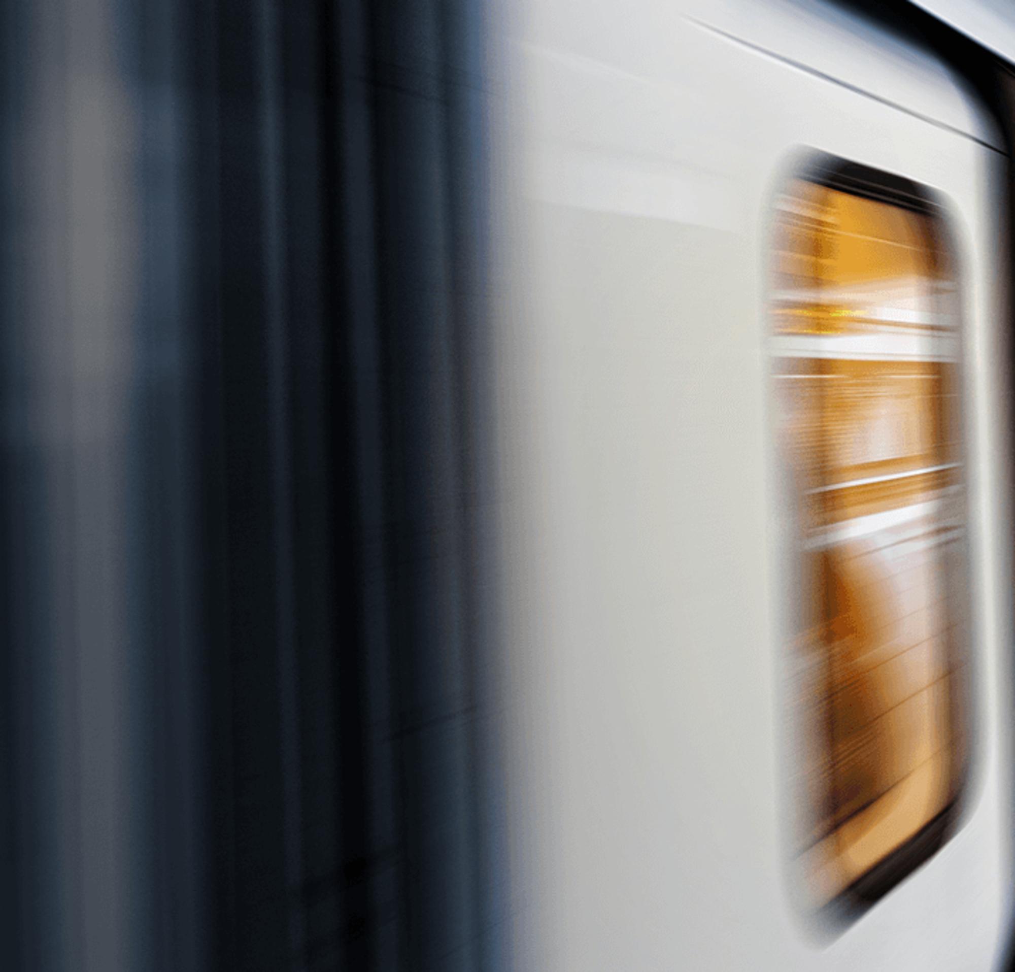 Un train se déplaçant à grande vitesse dans une gare.